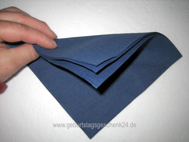 wie falte ich eine serviette als kleine bischofsm tze. Black Bedroom Furniture Sets. Home Design Ideas